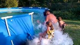Come svuotare una piscina divertendosi